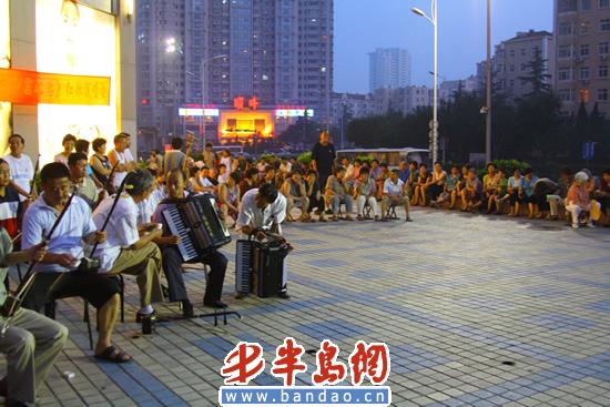 7点30分,在一曲《我爱你中国》的独唱声中,小草合唱团