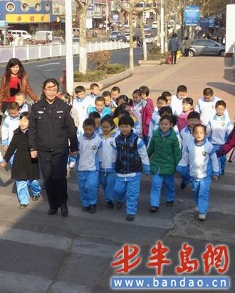 薛彩霞在带领小学生们走斑马线-警察妈妈 进校园上安全课 教孩子咋应