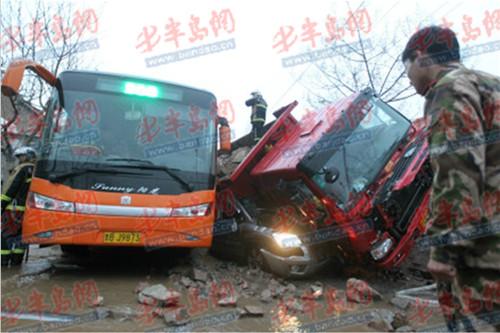 辽阳车祸最新消息-青岛绍兴路超载大货轧死起亚司机 肇事者被拘图片 70755 500x333