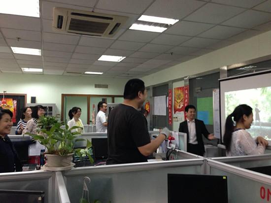 华夏人寿电销员的一天:微笑着面对生活(图)|财