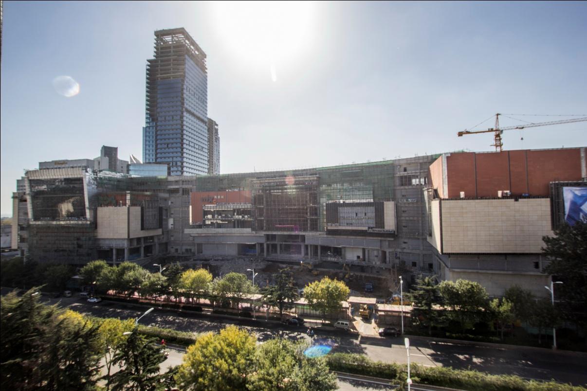 青岛万象城紧邻青岛市政府,由香港中路、山东路、海门路围合而成,南行800米即是五四广场、奥帆基地,项目西侧是湛山福地,连接地铁3号线和2号线。凭借绝佳的地理位置和雄伟的整体外观,THE MIXC一上墙就吸睛无数,让关心关注青岛时尚、青岛商业的市民很是惊喜。同时,随着LOGO字正式出街,项目建设也画上了点睛之笔,整体气质得到大幅度提升,引发更多期待。   LOGO字的上墙和整体项目的显现,意味着青岛万象城的工程建设进入收尾阶段,转而进入开业冲刺阶段。据了解,百货、超市、影院、室内主题娱乐等几大主力店已