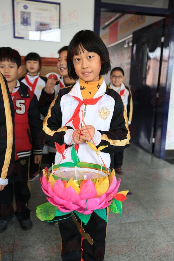 半岛网3月5日消息 花灯,又称灯笼,是汉族的传统工艺品,每年正月十五元宵节都有闹花灯的习俗。喜庆的春节过去了,在新学期的开始,青岛格兰德小学举办了优秀传统文化在我身边学生成果展,同学们一起扎出了各种各样的花灯,有国画灯、剪纸等、环保灯、莲花灯等等,每一位同学都是展示者,每一位同学也是参观者,他们用分享表达和合作探究,为新学期开了一个好头。   在成果展上,格兰德小学的学生们自己扎的花灯款式颇多,简直让人眼花缭乱。有用易拉罐、可乐瓶、纸杯做成的环保灯,有精心绘制了兰花、葫芦等花样的国画灯,还有剪