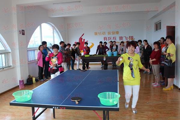筷子夹乒乓球 张村河新型社区举办趣味运动会