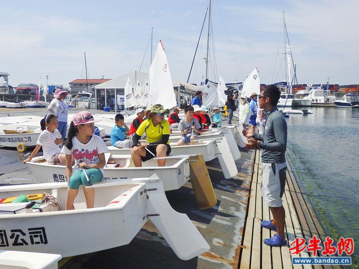 培训现场   帆船进校园十年累计培训青少年超过2万名   帆船运动一直被视为一项能够培养青少年意志、身体素质,提升青少年团队协作能力的运动,在青岛也正被越来越多的家庭所接受。   据青岛市帆船运动管理中心的刘昕煜介绍:青少年帆船培训活动从2006年开始,至今已有十年的历史,从刚刚开始的人数很少,到现在各个区,各个学校积极报名参与,现在每年能为超过2000人的青少年提供培训,到今年全青岛市已有两万余名青少年参加了帆船训练营培训,有效推动了帆船文化进一步融入城市、融入市民的生活。   据了解,为了使青少年帆