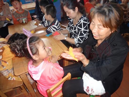下午三时许,各个班级的老人代表陆续来到中韩幼儿园,活动还未开始,孩子们便和爷爷、奶奶有说有笑玩闹起来。活动开始后,孩子们为老人表演儿歌,并积极邀请老人一起唱歌、跳舞,只见老人们都积极动了起来,跟着孩子又唱又跳。令人感动的是,孩子们还体贴地为老人敲敲背、锤锤腿,并将从家里带来的橘子亲手剥给老人吃,只见小朋友们小心翼翼地剥着橘子,并把橘子掰开用小手一瓣一瓣往爷爷、奶奶嘴里送,老人脸上都洋溢着幸福的笑容。   据中韩幼儿园园长于芬介绍,传统的感恩教育一直是中韩幼儿园重视和开展的重要主题,而通过此次活动,更加