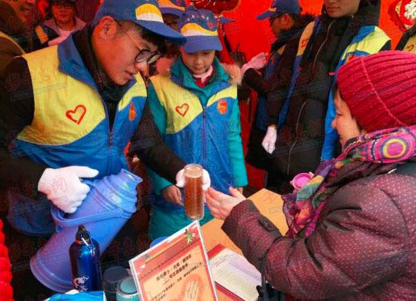 据了解,本年度海云庵糖球会志愿者由青岛市团市委和团市北区委组织