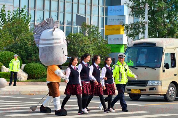 青岛国家高新技术产业开发区的人行横道上,护卫行人们安全通过马路.