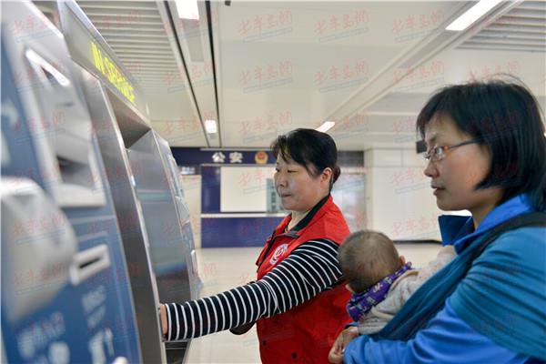 志愿者帮助乘客购票   根据早晚高峰时间段,社会志愿者按照工作日和周末划分班次,为乘客提供帮助购票、进出闸机引导、提醒有序候车、帮助老弱病残孕等重点人群进站乘车等服务。志愿者上岗前完成了车站联络人员及志愿者联络人员的确定,为各站配发了新款志愿者服装、绶带及志愿者服务站点铭牌等。随着志愿者工作技能的不断提升和现场经验的累积,后期,志愿者还将协助工作人员进行上下车引导及处理紧急突发事件等。   岗前培训提技能   为使志愿者们更快更全面地掌握志愿服务所必备的基础知识和服务技能,各车站开展了一系列实地岗前培训