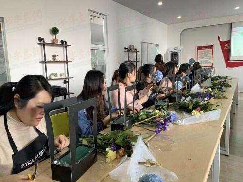 八大湖街道新100党群服务中心举办插花艺术分享会