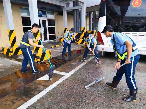 迎风战雨保通畅 青岛机场全力保障恶劣天气旅客出行